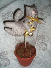 Летящий кот тильда в горшке с бубенцом
