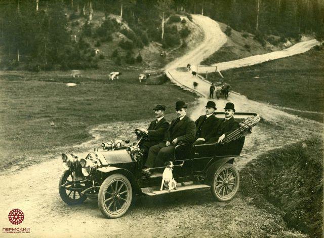 Один из первых автомобилей в Перми. 1910 год.